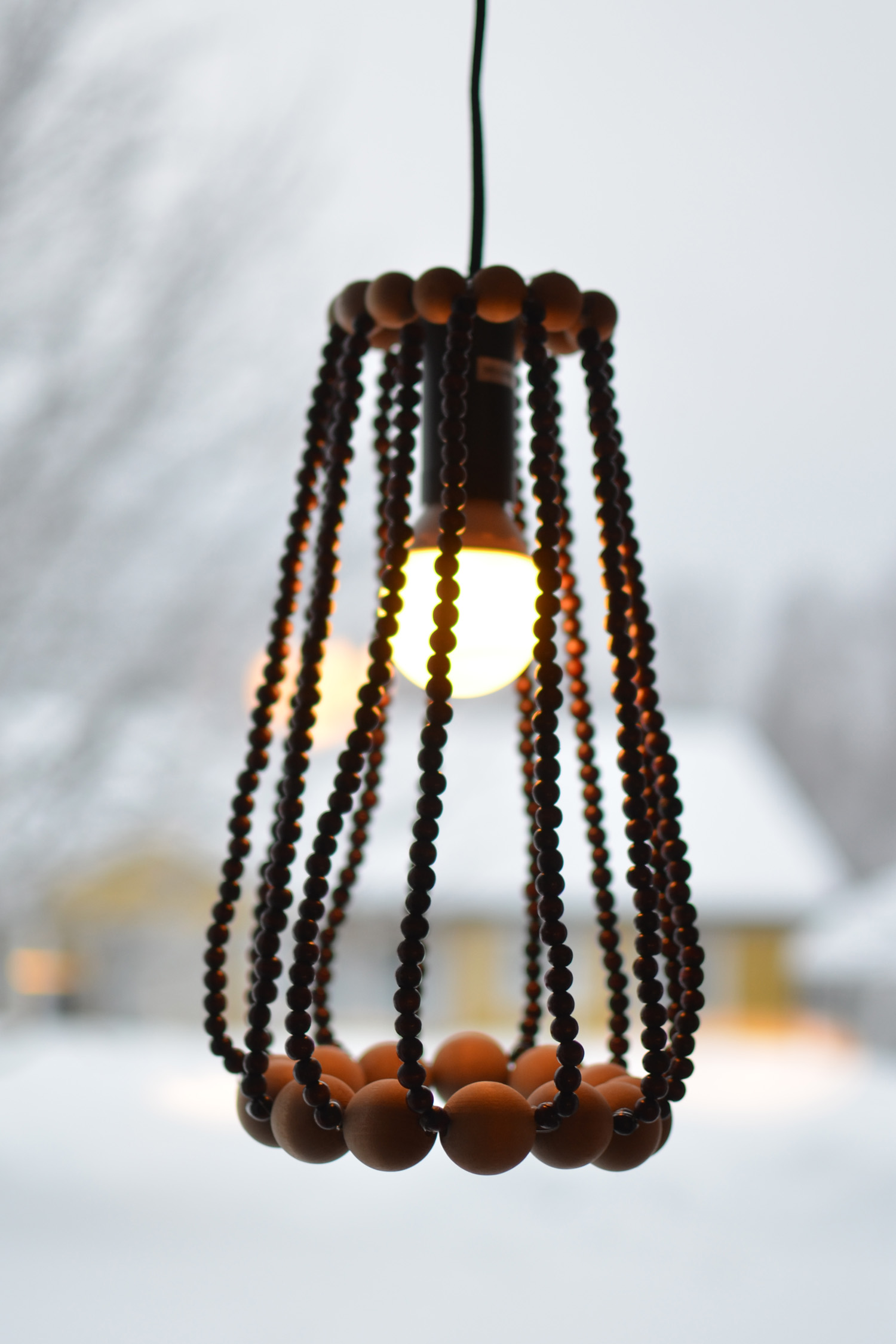 lampskärm av träkulor